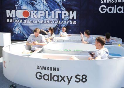 Раздеться за Galaxy S8: в Киеве на Крещатике проходит необычный конкурс
