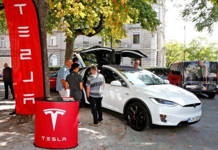 Tesla отзывает около 53 тыс. машин из-за возможных проблем со стояночным тормозом