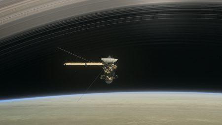 Cassini успешно пролетел между Сатурном и его кольцами и прислал «макроснимки» атмосферы газового гиганта