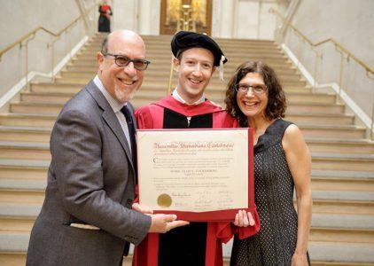 Пацан сказал, пацан сделал: через 12 лет Марк Цукерберг наконец получил диплом Гарварда, как и обещал маме