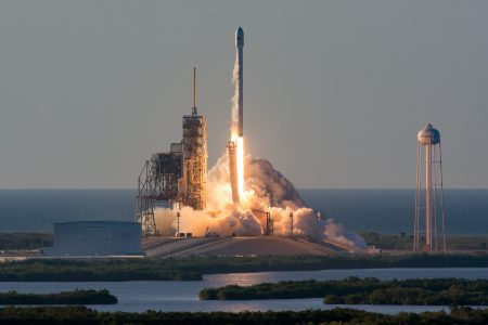 SpaceX успешно запустила ракету-носитель Falcon 9 со спутником Inmarsat-5 F4. Этот запуск – самый тяжелый в истории компании