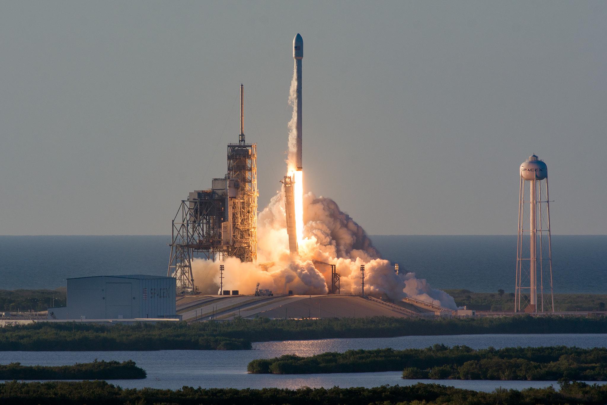 SpaceX благополучно запустила ракету Falcon 9 соспутником связи