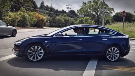 Tesla отчиталась за первый квартал 2017 года: за год доход вырос почти вдвое — до $2,7 млрд, а поставки автомобилей составили рекордные 25051 штук. Производство Model 3 начнется в июле