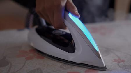 Испанские ученые научили робота-гуманоида гладить одежду