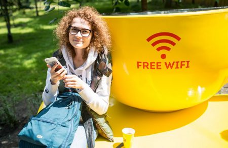 В Киеве появились необычные лавочки с солнечными батареями, бесплатным Wi-Fi и зарядкой для мобильных, а также умные урны для мусора