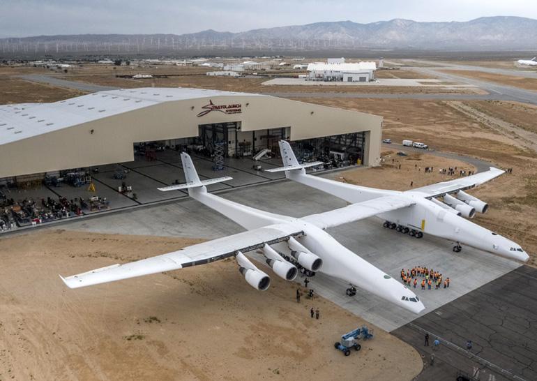 Компания сооснователя Microsoft выкатила из ангара крупнейший в мире самолёт Stratolaunch предназначенный для запуска ракет в космос