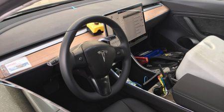 Новые фотографии Tesla Model 3 снаружи и внутри: отсутствие приборной панели и режим автопилота на рычаге управления