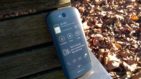 Стали известны технические характеристики китайского смартфона YotaPhone 3