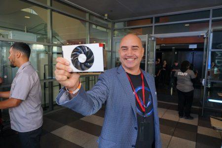 AMD показала компактную видеокарту RX Vega Nano и прототип голографического устройства Radeon Holocube в форме куба