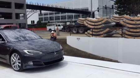 Илон Маск продемонстрировал на Tesla Model S, как будет работать платформа-подъемник для подземных тоннелей [видео]