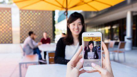 Мобильное приложение Microsoft Seeing AI на базе искусственного интеллекта и машинного зрения рассказывает слабовидящим и слепым людям о происходящем вокруг