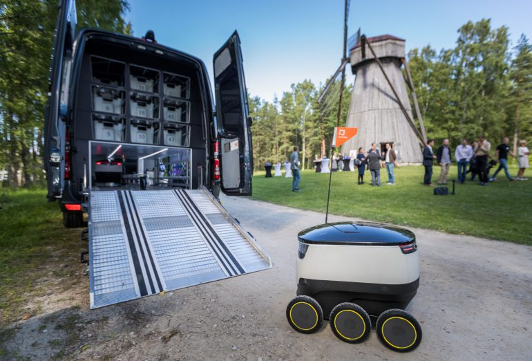В Эстонии начали тестировать систему доставки почты Robovan на основе минивэна Mercedes-Benz и автономных колесных роботов Starship Technologies