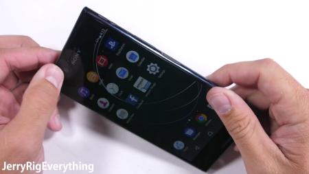 Видеоблоггер JerryRigEverything испытал на прочность Sony Xperia XZ Premium и назвал его самым прочным смартфоном бренда [видео]