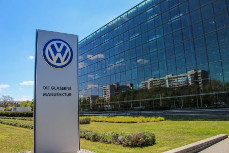 Volkswagen намерена сделать заправки для электрокаров полностью автоматическими