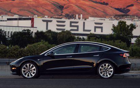 GIF-анимация: Как изменился дизайн электромобиля Tesla Model 3 с момента премьеры в начале прошлого года