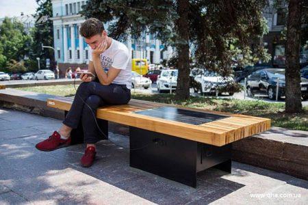 В Киеве установили скамейки с солнечными панелями, от которых можно подзарядить гаджеты