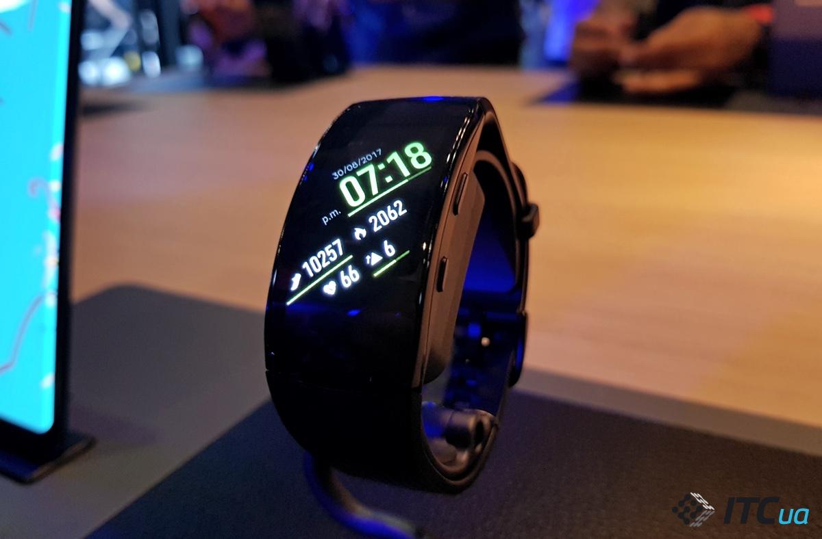 Первый взгляд на умные часы Samsung Gear Sport, спортивный браслет Gear Fit2 Pro и наушники IconX 2018