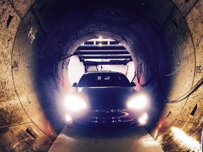 Фото дня: электромобиль Tesla Model S в подземном тоннеле под Лос-Анджелесом