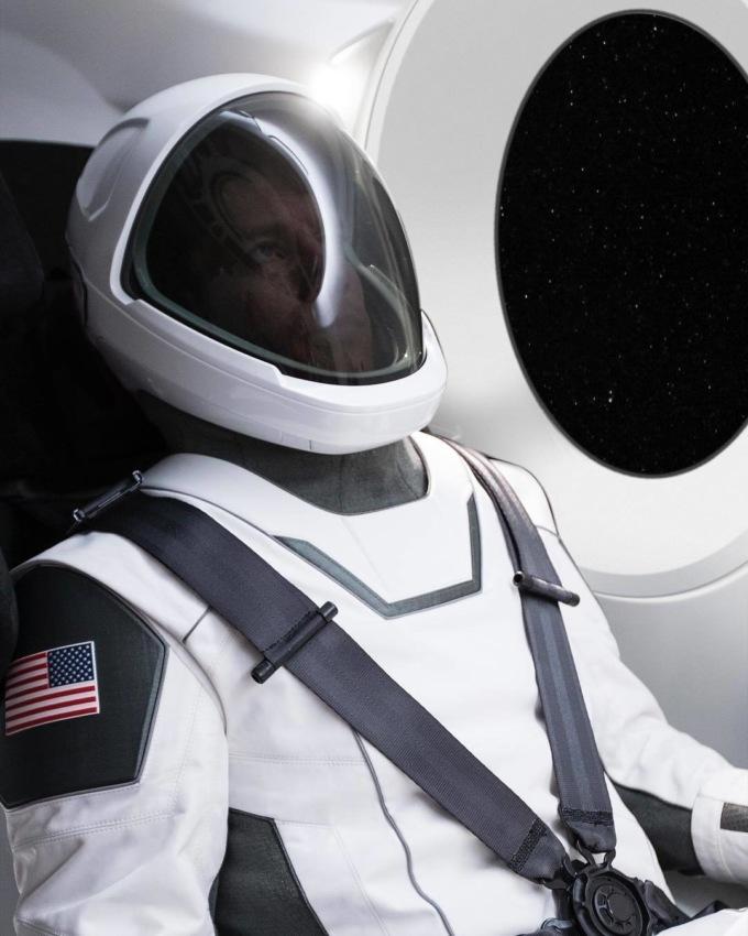 Илон Маск показал первый скафандр SpaceX, который уже прошел испытания в вакууме