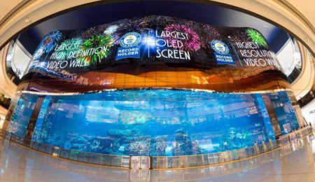LG разместила в ТЦ Dubai Mall гигантский экран OLED размерами 50х14 метров, установив сразу три мировых рекорда