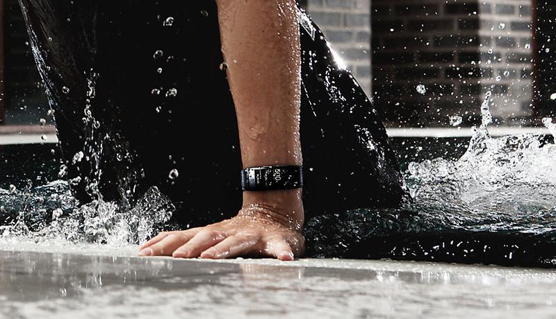 Новый умный браслет Samsung Gear Fit2 Pro умеет отслеживать плавание и выдерживает погружения в воду на глубину до 50 м