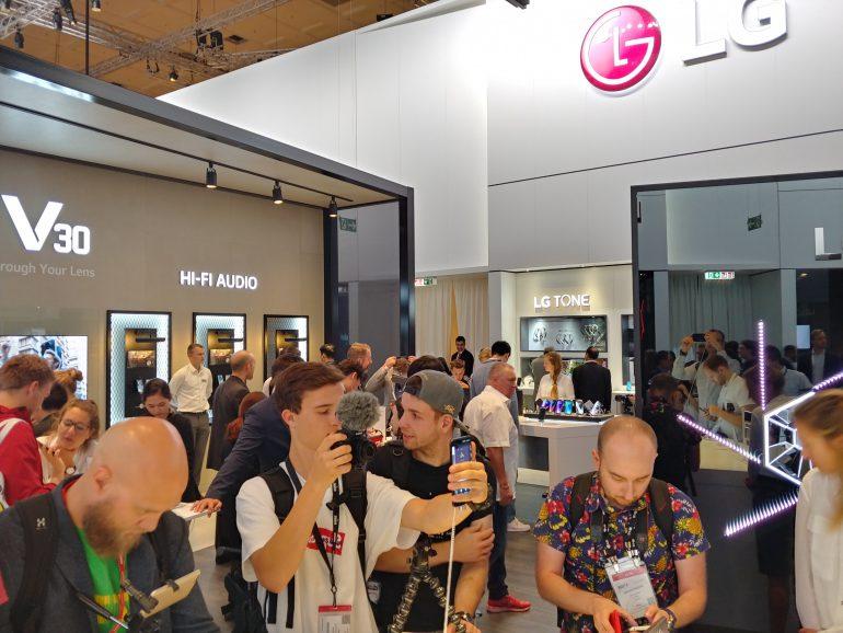 Первый взгляд на смартфон LG V30