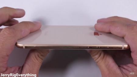 Испытания Apple iPhone 8 на прочность показали, что его можно поцарапать, но нельзя согнуть [видео]
