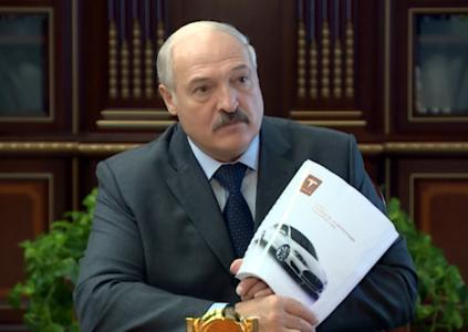 «Стартует, как космический корабль»: Президент Беларуси протестировал Tesla Model S и поручил разработчикам первого белорусского электромобиля равняться на его уровень