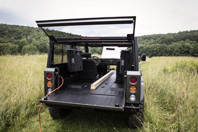 Ѕрутальный электрический внедорожник Bollinger B1 получит четырехдверную версию и двухцветную схему оформлени¤