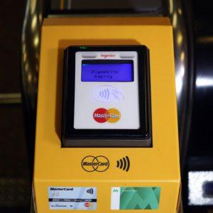ПриватБанк устроил «бесплатные пятницы» в киевском метро владельцам бесконтактных карт Mastercard, а также запустил во Львове первый мобильный проездной