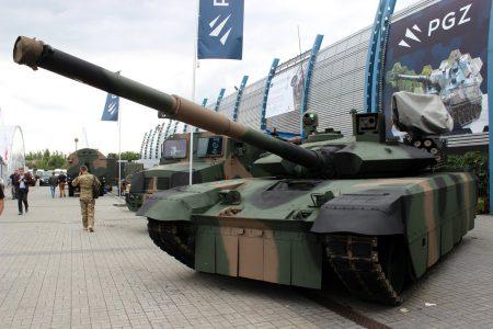 «Укроборонпром» совместно с польской компанией «Bumar-Labedy» разработал танк PT-17, который является глубокой модернизацией модели Т-72 по стандартам НАТО