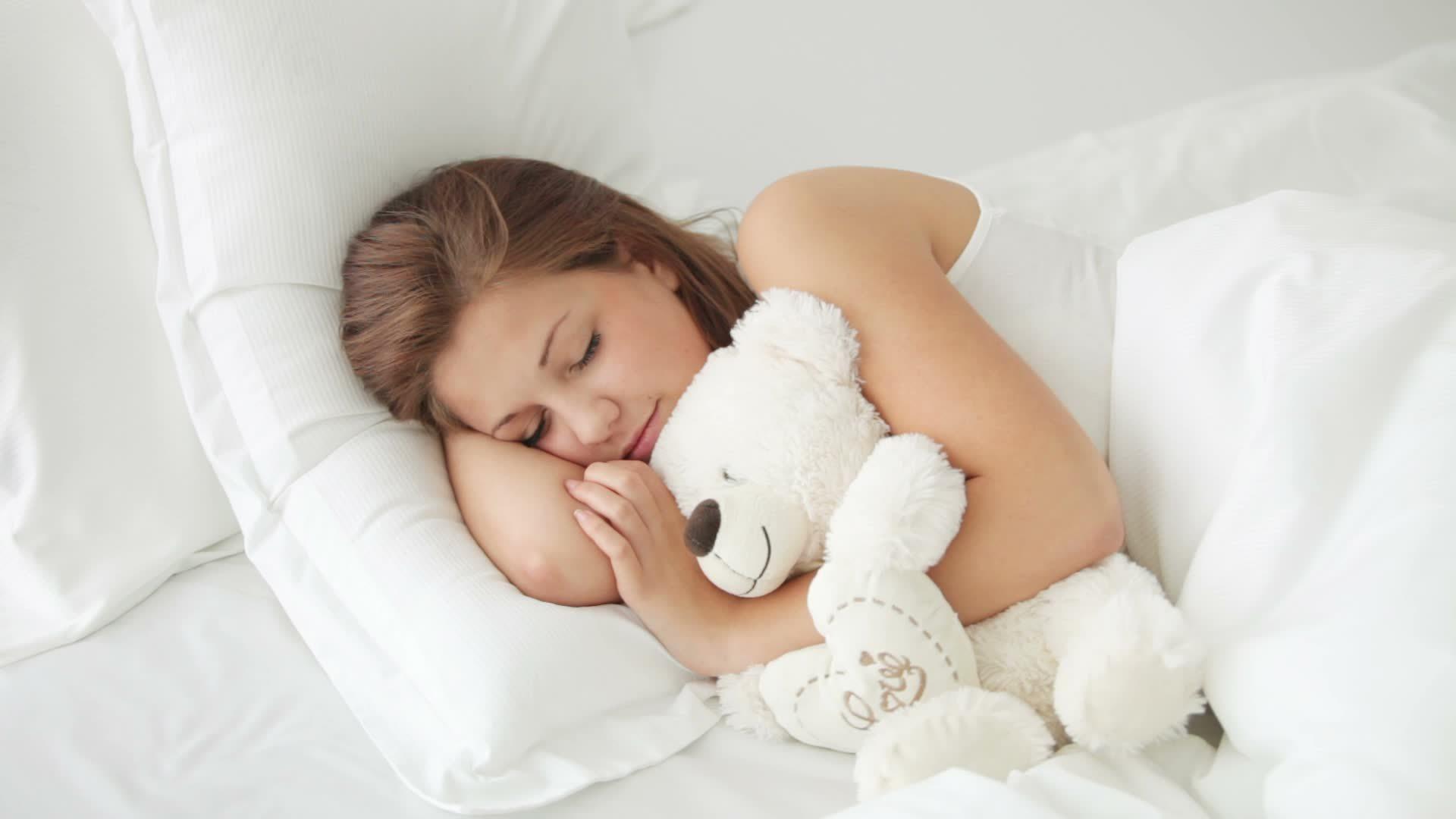Спать в кабинете начальника или заснуть на работе вечером и проснуться утром предсказывает аврал заданий.