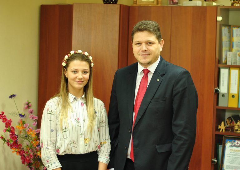 """В Украине выдали милионную ID-карту, владельцем паспорта с """"золотым"""" номером №001000000 стала киевская школьница"""