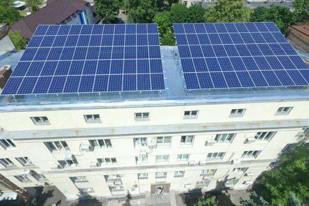 В Соломенском районе запустили первую в Киеве солнечную станцию на крыше административного здания