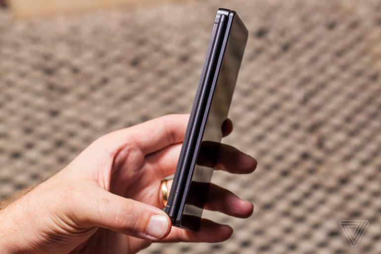 Представлен новый двухэкранный смартфон ZTE Axon M