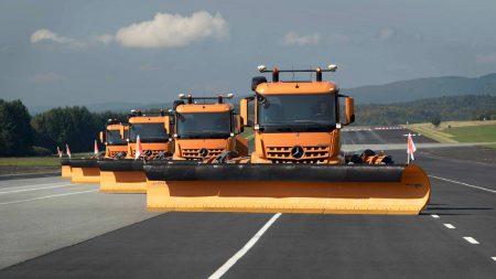 Daimler выложила видео, в котором колонна грузовых машин-снегоочистителей едет по тестовой трассе без водителей