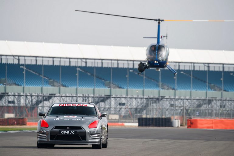 Радиоуправляемый Nissan GT-R /C разогнался до 210 км/ч на автотрассе Сильверстоун, управлял им гонщик на вертолете с помощью геймпада DualShock 4