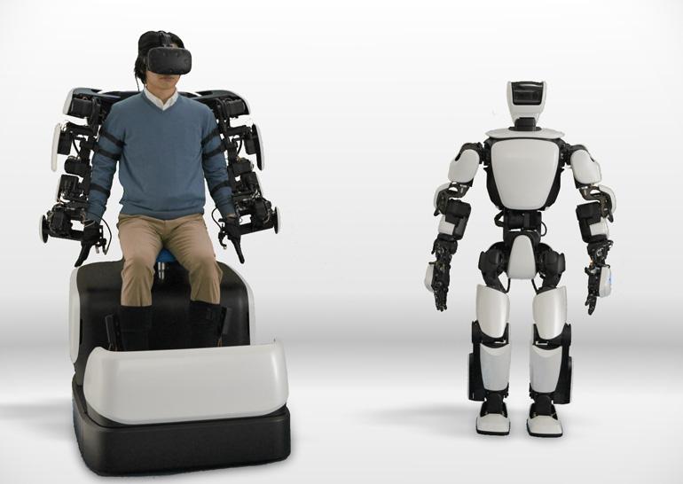Тойота показала робота-гуманоида. Онуправляется при помощи экзоскелета иVR-шлема
