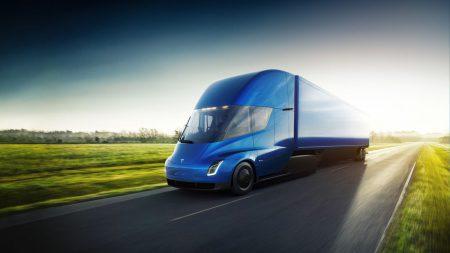 Tesla объявила цены на электрический грузовик Tesla Semi: $150 тыс. за версию с запасом хода 480 км, $180 тыс. – за 800 км и $200 тыс. за лимитированную Founders Series