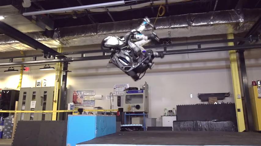 Видео сделающим сальто роботом появилось вweb-сети интернет
