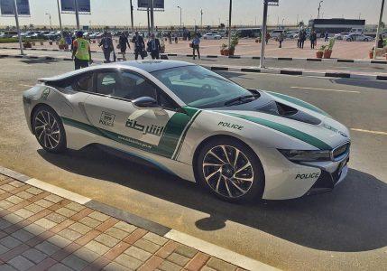 В Дубае водитель за рулем транслировал видео со смартфона в Instagram, его оштрафовали. Прямо в комментариях к этой записи