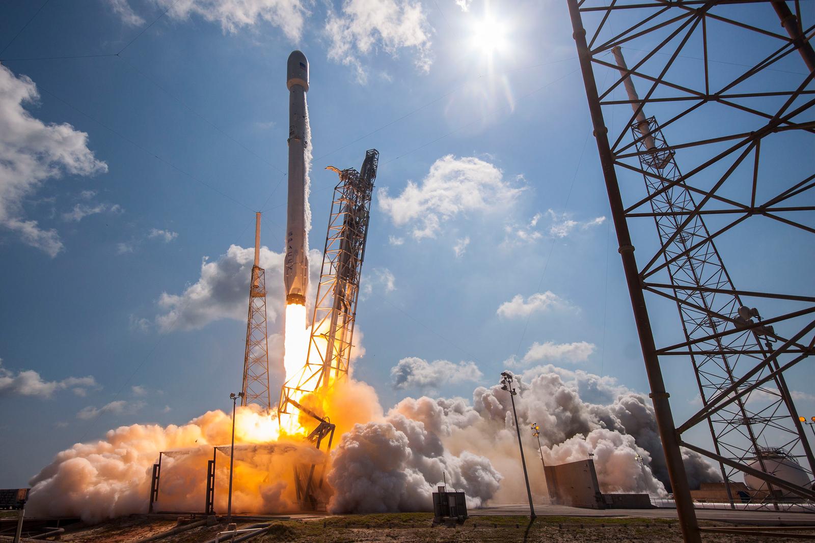Илон Маск продемонстрировал фото сверхтяжелой ракеты Falcon Heavy