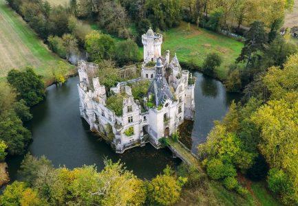 Тысячи пользователей посредством краудфандинга купили французский замок Мот-Шанденье XIII века