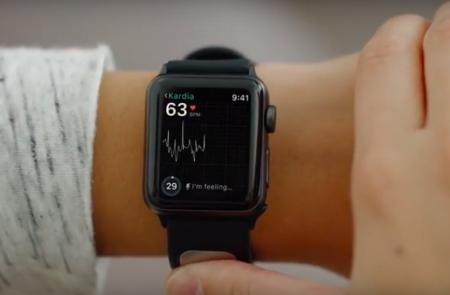 FDA одобрило первый медицинский аксессуар для часов Apple Watch. Сенсор AliveCor KardiaBand позволяет снять ЭКГ за 30 секунд, просто прислонив палец