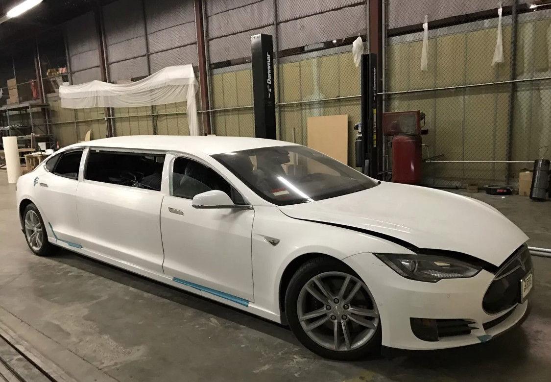 Наонлайн-аукцион выставили 1-ый лимузин Tesla