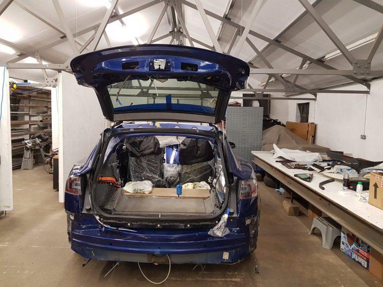 Модели Tesla Model X и Тоёта Land Cruiser сразились вперетягивании каната