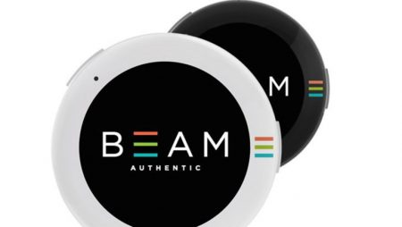BEAM – хайтек-брошь с AMOLED дисплеем для вывода различных GIF изображений