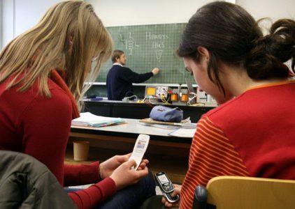 Во Франции школьникам запретят пользоваться смартфонами на уроках до достижения 15-летнего возраста