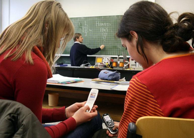 Франция введет запрет намобильные телефоны вшколах