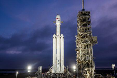 Видео дня: ракета-носитель Falcon Heavy, установленная на стартовой площадке LC-39A во Флориде
